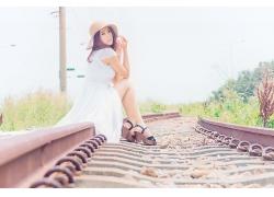 坐在铁路旁的唯美文艺气质女生