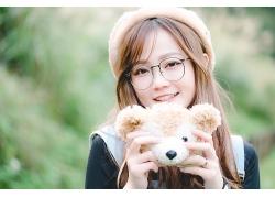 拿着小熊玩偶的唯美文艺气质女生