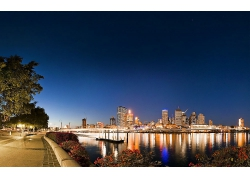 繁華的城市與海濱公園夜景