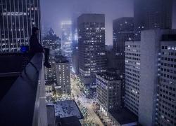 坐在陽臺上觀望城市夜景的女子