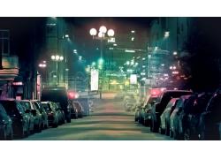 整齐排列在道路两边的汽车夜景