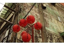 中国旧式小镇街景与电线杆上的灯笼