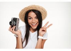 戴草帽的女性拍攝愛好者