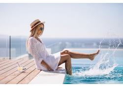用腳玩水的女性