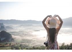 觀光游山拍攝的女性背影