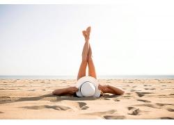 躺在沙灘豎起雙腳的女性