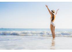 海邊玩水嬉戲的女性